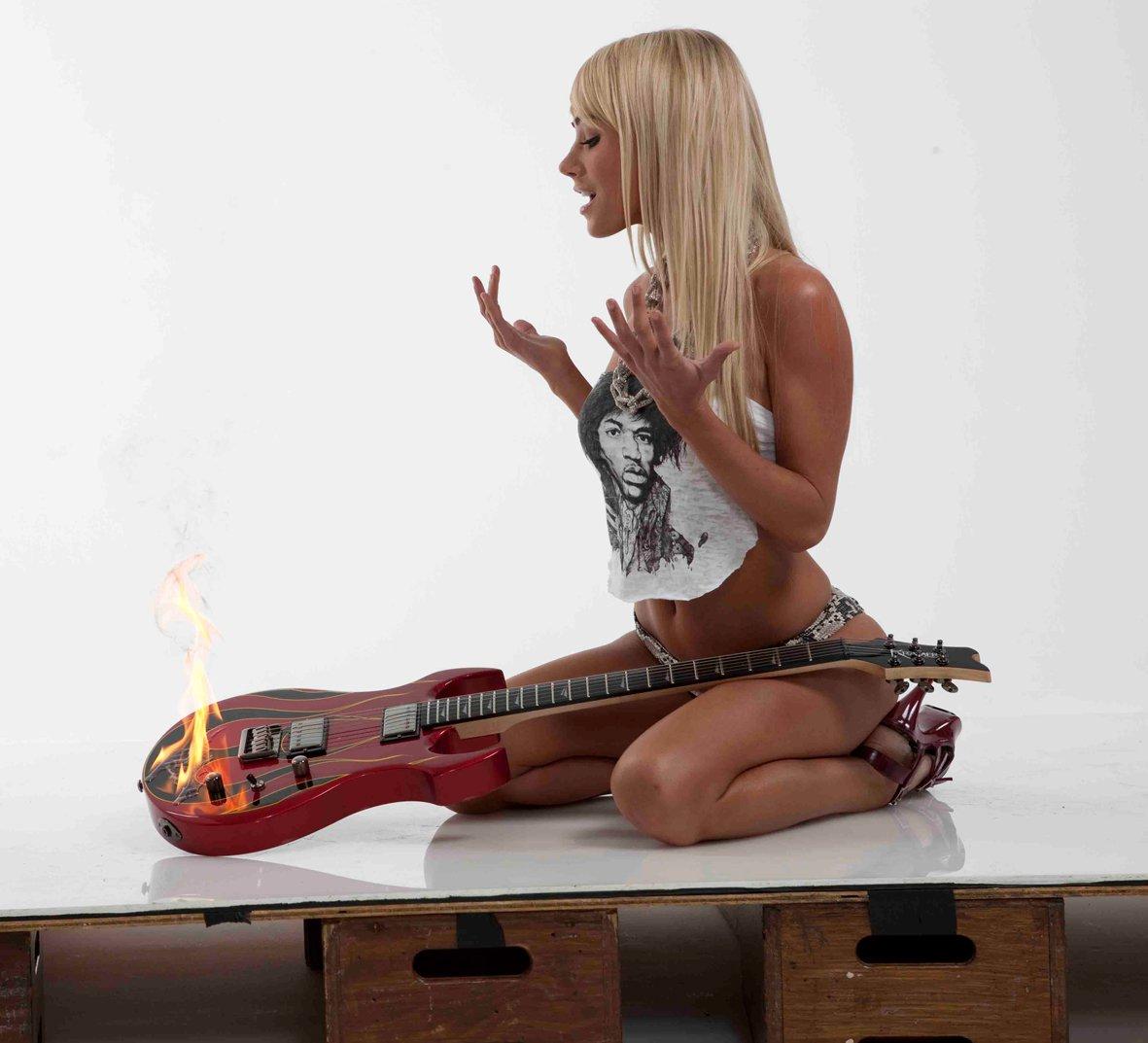 Девушки с гитарами голые Именно